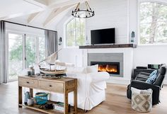 Un chalet à l'ambiance Cap Cod | Les idées de ma maison Style Cape Cod, Salons, Home Decor, Small Gas Fireplace, Cherry Wood Cabinets, Counter Chair, Old Cottage, Small Foyers, Mirror Hanging