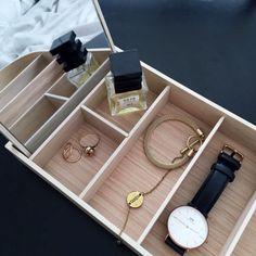 Instagram: @interiorbonanza + danielwellington + watch + klokke + bracelet + perfume + rings + jewelry box + menu + smykkeskrin Jewelry Box, Jewelry Rings, Bath Caddy, Menu, Perfume, Watches, Bracelets, Instagram, Jewellery Box