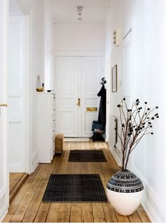 hallway inspiration, wooden floors and white walls White Wood, White Walls, Black White, Dark Wood, White Trim, Interior Architecture, Interior And Exterior, Interior Doors, Interior Office