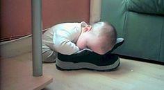 15 photos hilarantes d'enfants endormis dans n'importe quelle position
