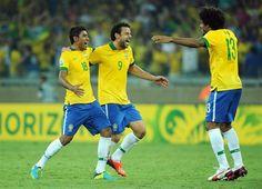 BEL68. BELO HORIZONTE (BRASIL). 26/06/2013.- Los jugadores de la selección de fútbol de Brasil Paulinho (i), Fred (c) y Dante (d) celebran hoy, miércoles 26 de junio de 2013, tras haber ganado la semi