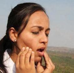 Mueve tres dedos (el primero, el del medio y el del anillo) desde la línea de la mandíbula hasta la barbilla y masajéalas. Puedes dejar tu boca abierta mientras lo haces. ¿Encontraste nudos en el espacio entre tus mandíbulas? Este es el lugar donde es estrés se esconde. Más ejercicios de Sukshma Yoga para relajarse en 7 minutos