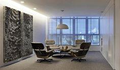 Na sala de espera, destaque para as poltronas Charles Eames e para as chapas metálicas em relevo assinadas pelo escultor Marcos Coelho Benjamim