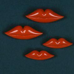 Elsa Schiaparelli lip pins, lèvres, rouge baiser, broche