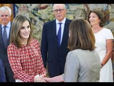 Queen Letizia of Spain attends a audience at Zarzuela Palace Queen Letizia of Spain attends a audience at Zarzuela Palace On September 9 2016 Queen Letizia of Spain attended a audience to the National Executive Council of the Spanish Association Against Cancer (Asociación Española Contra el Cáncer - AECC) at the Zarzuela Palace in Madrid Spain. ----------------------- subscribe for more videos : https://www.youtube.com/channel/UCRI8hHuxo-hCNAHRpVlkuzg blogger   : http://ift.tt/2aG9g8n Google…