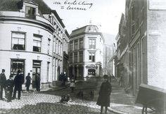 """Gezicht op de kruising Luttekestraat / Kamperstraat (links) en Blijmarkt (rechts), ca. 1900. Links cafe """"Nieuwe Haven""""van de familie Hoefsloot."""