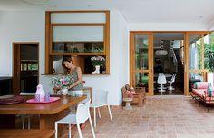 Porta de correr que integra ambiente interno e externo. Ideia para aplicar da cozinha para a sala. (Foto: Edu Castello)