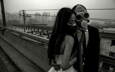 大気汚染の加速する北京でね、新婚夫婦が撮影した写真集がさ、世紀末的でクールなんだよね。http://www.dailymail.co.uk/news/article-2569197/Chinese-couple-dont-let-smog-ruin-wedding-day-happily-pose-photos-wearing-GAS-MASKS.html… pic.twitter.com/LEgt2NEa9m