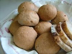 ◆全粒粉入りくるみパン◆パンを作るのは、ホームベーカリーに頼っています。ただ、朝、焼き立ての食パンではなくて、焼き立ての丸パンを食べたくて、一工夫!大好きなクルミをたっぷり入れました。