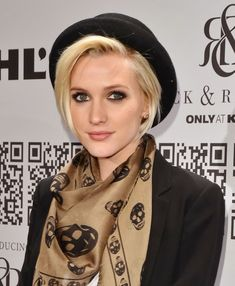 Ashlee Simpson Red Hair Photo Shared By Ivie Hats For Short Hair, Short Hair Styles, Natural Hair Styles, Indie Rock Fashion, Look Fashion, Elle Fashion, 50 Fashion, Fashion Styles, Fashion Brands