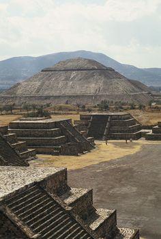 Quiero visitar las pirámides en Teotihuacán, Mexico. Las pirámides son muy viejas y son una parte de historia.