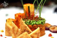 Dreiecke, Kreise und Vierecke Japanische Bratfilets, rauchiger Süßkartoffel-Erbsen-Turm mit Chilifäden und Schnittlauch, Sriracha-Zucchinis, rote Zwiebel und zweierlei Paprika Sauce