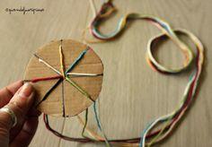 Quandofuoripiove: il braccialetto col dischetto per l'estate che verrà - 6 fili e un dischetto tondo di cartone (da ritagliare), con 7 incisioni e un buchetto al centro
