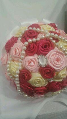 Buque de noiva feito com rosas de cetim e aplicações de broches!!    Feito em todas as cores!    Atenção: os broches mudam de buquê para buquê,pois o buquê nunca será igual ao outro pois eles são feitos a gosto de cada noiva!