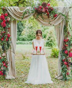 arche mariage en bois naturel avec voilage et guirlandes de fleurs