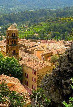 Une jolie vue du village de #Moustiers-Sainte-Marie ! #Provence #été