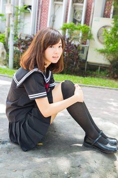 セーラー服姿で膝を抱えて座る台湾の女子高生