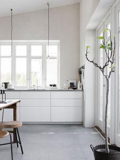 Kitchen. Attefallshuset by Pella Hedeby. Photo by Sara Medina Lind. #kitchen #concretefloor