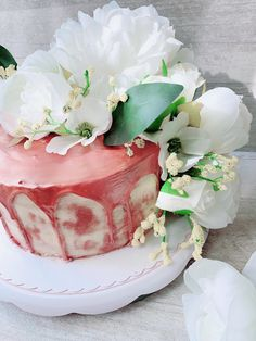Ich wünsche euch allen einen schönen Samstag!🤗 Heute gibt es einmal wieder eine Torte, nämlich eine Geburtstagstorte!🎂 Die Torte besteht aus drei Vanilleböden mit einer hellen Buttercreme und ist gefüllt mit einer Beerenfüllung.😋 Da es gewünscht war, dass die Torte nicht so viel Creme enthält habe ich mich für eine Naked Cake entschieden. Für die Drips habe ich weiße Candy Melts verwendet und sie dann mit einem Bronze-farbenen Puder bestrichen. Butter, Cupcakes, Candy Melts, Panna Cotta, Bronze, Ethnic Recipes, Desserts, Food, Vanilla