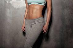 In 14 Tagen zum flachen Bauch: Mit unserem Spannungs-Workout und vielen Food- und Fitness-Tipps kannst du top effektiv dein Bauchfett abtrainieren!