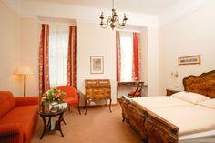 Zimmer im Hotel Stefanie Hotel Stefanie, Oversized Mirror, Bed, Furniture, Home Decor, Stream Bed, Interior Design, Home Interior Design, Beds