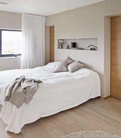 NYTTIG NISJE: På Soverommet Gjør En Nisje I Veggen Nattbord Overflødig. Her  Er Også