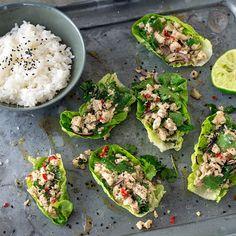 Larb Gai mit Jasminreis: ein lauwarmer, scharfer Salat mit Hühnerfleisch, der ursprünglich aus Laos stammt, aber auch in der Isan-Region Thailands sehr beliebt ist. Er wird mit frischen Kräutern in einem Salatblatt serviert und mit den Fingern gegessen. Thai Recipes, Asian Recipes, Larb Gai, Avocado Toast, Curry, Dinner, Breakfast, Nice, Laos