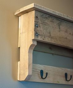 Pallet Furniture Projects Entryway Coat Hooks Pallet Shelf Reclaimed by byDadandDaughter - Pallet Crafts, Pallet Art, Diy Pallet Projects, Woodworking Projects, Pallet Ideas, Woodworking Patterns, Woodworking Wood, Wooden Crafts, Pallet Furniture Chairs