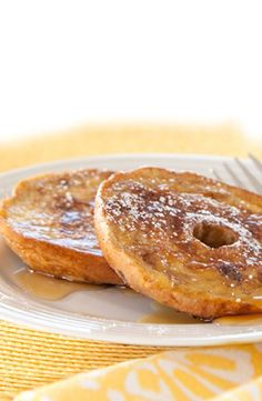 French Toast Mini Bagels: Start your summer morning with sweet maple and subtle vanilla flavors atop a Thomas' Plain Mini Bagel. I'd use a gluten free bagel Mini Bagels Recipe, French Toast Bagel Recipe, Breakfast Dishes, Breakfast Recipes, Breakfast Ideas, Thomas English Muffins, Fresco, Bagel Thins, Plain Bagel
