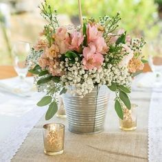 Um exemplo de um arranjo simples feito com chuva de prata e alstroemeria  romântico e delicado #alstroemeria #astromelias #chuvadeprata #mosquitinho #casamentoeconômico #casamento2018 #babyflower #weddingdetails