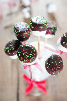 mettez les sucettes dans un joli verre avec du sucre pour bien caler, hop sur la table de Noël.