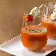 Shot de Gaspacho com Espeto de Tomate e Queijo: Triture no Liquidificador, Até Obter Consistência Cremosa, o Tomate Maduro (sem Pele e Sem Sementes)