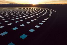 太陽の光ではなく、その熱を利用する「太陽熱発電」。ヴェンチャー企業・SolarReserveが開発を進めるソーラープロジェクトは、砂漠の真ん中でその自然に溶け込み、新たな美しい景観を生み出している。