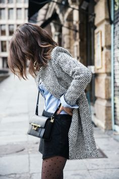 Collant à pois avec un short noir, une chemise et un gilet long.