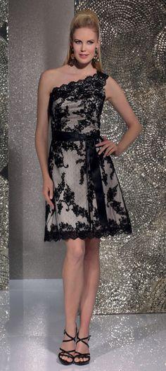 Isabel de Mestre - Evenings Abendkleider Kollektion 2016 (Art.15E008): Kurzes Abendkleid mit schrägem Träger mit schwarzer Spitze verziert.