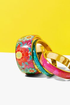 Desigual set of bangles made of brass, glass and resin. They are 0.8 cm, 1,5 cm and 3.8 cm wide and 6,7 cm in diameter. Mix and match them! Discover Desigual new accessories!