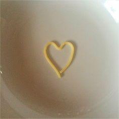 Wir können ja schließlich nicht nur von Luft und Liebe leben.Aber von Luft und Liebe und Nudeln.Nudeln sind Liebe.Oder von Luft und Liebe und Tomatensoße.Tomatensoße ist Liebe.So wie Schnitzel…