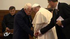 Entre lágrimas, el Papa Francisco estrechó en un fuerte abrazo al sacerdote Ernest Simoni, de 84 años, uno de los últimos sobrevivientes de la terrible persecución comunista en Albania, quien fue encarcelado en condiciones inhumanas y se libró de una condena a muerte por su fidelidad a la Iglesia y al Sucesor de Pedro.