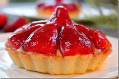 Un dessert comme chez le pâtissier, ça vous tente???. De succulentes tartelettes à la fraise: une délicieuse pâte sablé, une onctueuse crème pâtissière, de