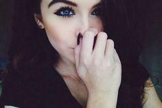 morena-olhos azuis