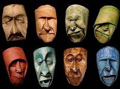 Zerknautschte Gesichter aus leeren Klopapierrollen