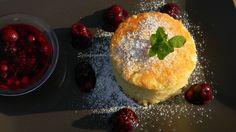 Túrós sütemény erdei gyümölcsmártással