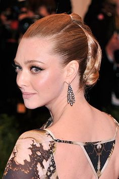 Feeling Feline: The 12 Best Red Carpet Cat Eyes****Amanda Seyfried pictured Dewy Makeup, Highlighter Makeup, Fall Makeup, Strawberry Hair, Strawberry Blonde Hair Color, Sarah Michelle Gellar, Celebrity Hairstyles, Hairstyles Haircuts, Cara Delevingne