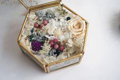 【花のリングピローケース】 六角形のガラスケースに花を詰め込んだリングピローです。 ガーデンウエディング、アウトドアウエディングにもおススメです。
