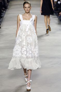 Chloé Spring 2006 Ready-to-Wear Fashion Show - Lily Donaldson My favorite Chloe dress EVER made. Couture Mode, Couture Fashion, Runway Fashion, Love Fashion, Fashion Show, Fashion Looks, Fashion Design, Vogue, Floral Lace Dress
