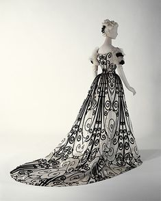Evening dress, 1898-1900, House of Worth. From the collection of the Metropolitan Museum of Art.