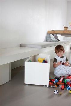 lange bank met bergruimte - Google zoeken Kids Storage, Wall Storage, Storage Boxes, Dining Table With Bench, Diy Interior, Küchen Design, Kid Spaces, Kids House, Home Living Room