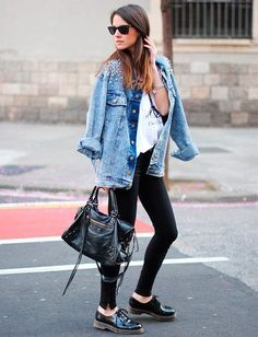Jaqueta jeans, blusa branca, calça preta, oxford