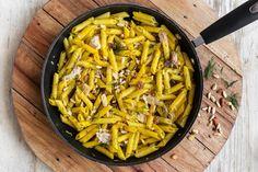 Un primo piatto semplice le penne al tonno ma senza rinunciare alla sfiziosa presenza di ingredienti come finocchietto e pinoli. Una pasta da scoprire!