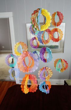 DIY: Paper doilies transformed into rainbow spinners. Perfect for parties, baby showers or a mobile. Crafts For Kids, Arts And Crafts, Paper Crafts, Diy Crafts, Rainbow Crafts, Rainbow Art, Festival Diy, Doily Garland, Aunt Peaches